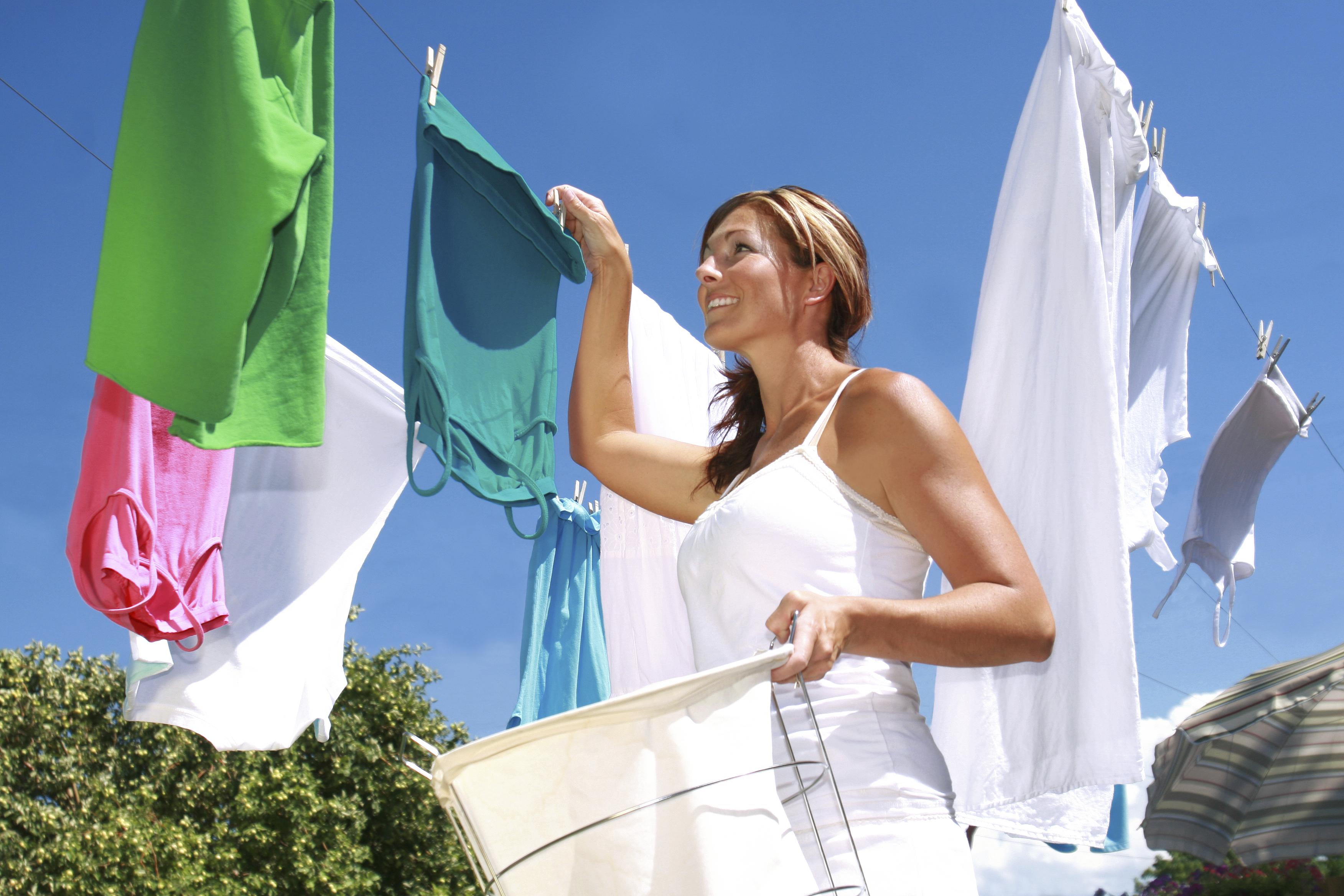 Фото женщины развешивающей белье 15 фотография